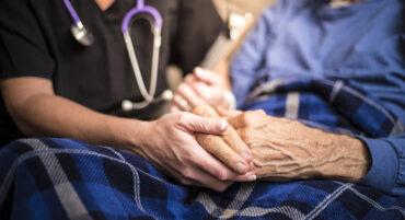 Le virus « revient attaquer les maisons de retraite »