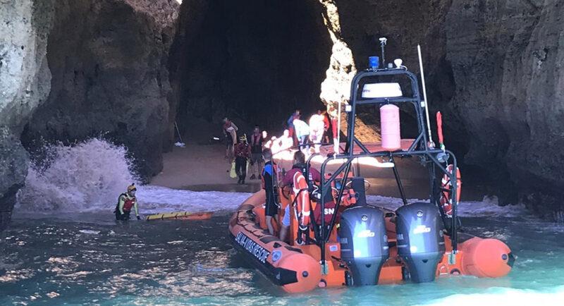 Onze personnes secourues après le chavirement d'un bateau touristique dans la grotte marine de Lagoa
