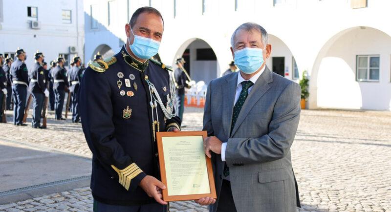 Safe Communities présente une lettre d'appréciation au commandant du GNR en partance