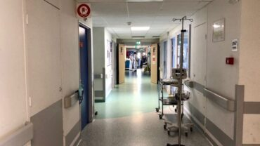 Hôpitaux en rupture : des médecins accusent le gouvernement de « détruire délibérément les services publics de santé »