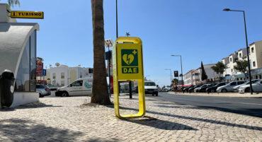 Un touriste de 21 ans « a repris vie » à Albufeira grâce à un défibrillateur accessible au public