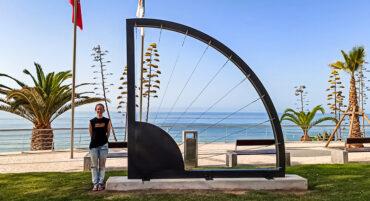 Un artiste de l'Algarve dévoile l'imposante sculpture 'Finitor Polaris' à Armação de Pêra