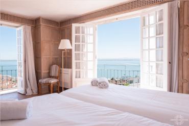 Lisbonne Collection : L'intimité d'un appartement. Les services d'un grand hôtel.