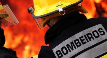 Le feu de forêt de Loulé s'embrase à nouveau;  99 pompiers luttent contre l'incendie
