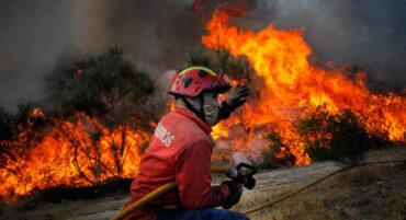Les pompiers luttent pour atteindre par voie terrestre le feu de forêt qui fait rage à Loulé