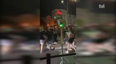 Une jeune femme échappe à des blessures graves après l'effondrement d'un feu de circulation vandalisé à Albufeira